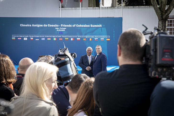 A Miniszterelnöki Sajtóiroda által közreadott képen Orbán Viktor miniszterelnököt (j) fogadja António Costa portugál kormányfõ a Kohézió Barátai csoport kormányfõi szintû ülésén a portugáliai Beja városában 2020. február 1-jén.