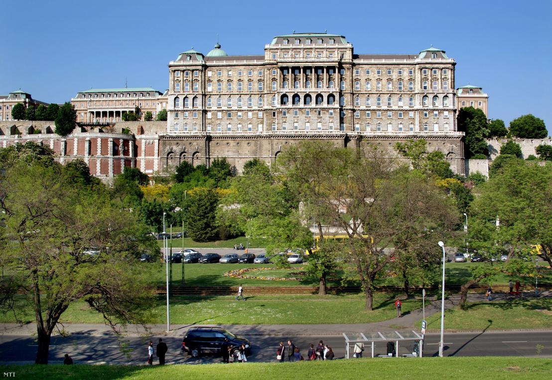A Dózsa György tér részlete a főváros I. kerületében. A dombtetőn a Budavári Palota F épülete, amelyben az Országos Széchényi Könyvtár működik.