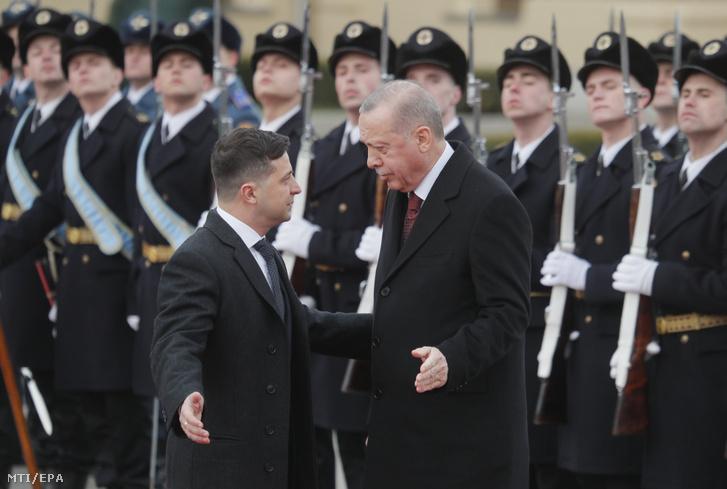 Volodimir Zelenszkij ukrán elnök (b) katonai tiszteletadás mellett fogadja Recep Tayyip Erdogan török elnököt a kijevi Mariinszkij-palota elõtt 2020. február 3-án.