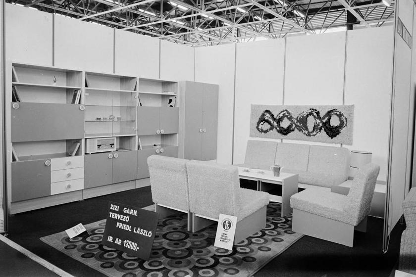 A hetvenes években kedveltek voltak a teljes szobaberendezések, melyeket szekrénysorral, asztallal és ülőalkalmatosságokkal, garnitúrában kínáltak. (1973, BNV Bútorkiállítás.)
