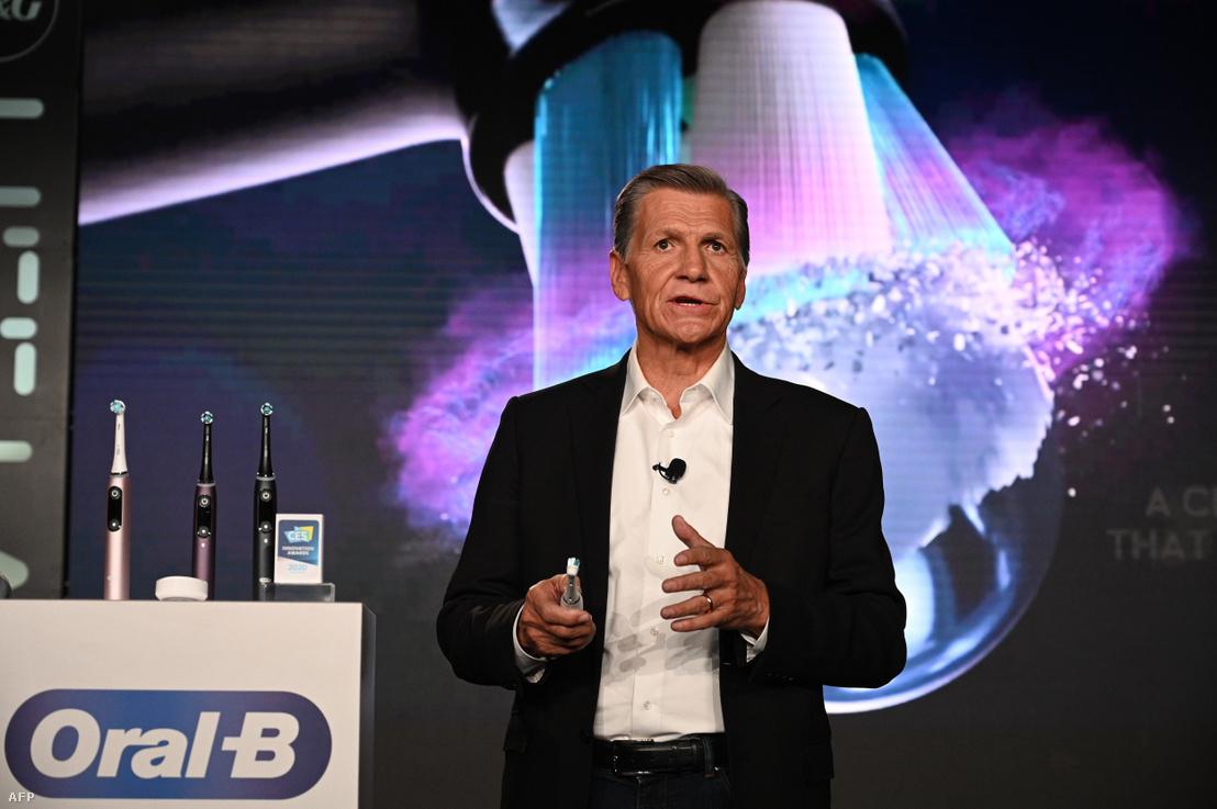 Marc Pritchard bemutatja az új Oral-B iO fogkefét a 2020. január 5-i 2020-as Consumer Electronics Show-n (CES).