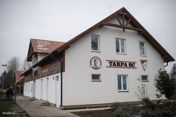 A szálló, ahol a Tarpán focizó gyerekek laknak.