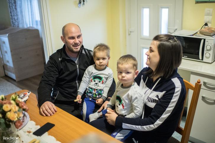 A beregszászi járásból származó Gergely és Szandi már Tarpán házasodtak össze, gyerekeik is a faluban születtek.