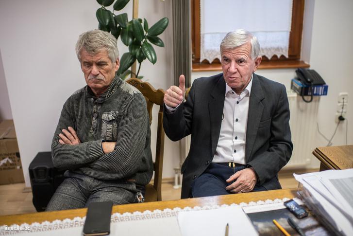 Csank János egykori szövetségi kapitány (balra) és Sándor István (jobbra), a tarpai focisuli névadója