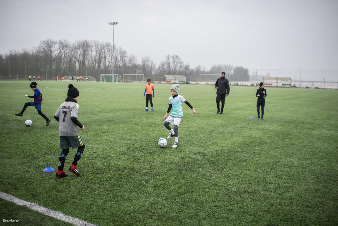 Edzés a tarpai focisuli pályáján