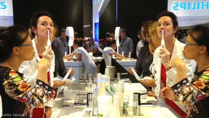 Elektromos fogkeféket tesztelnek a Philips standján az IFA Nemzetközi Fogyasztói Elektronika vásáron