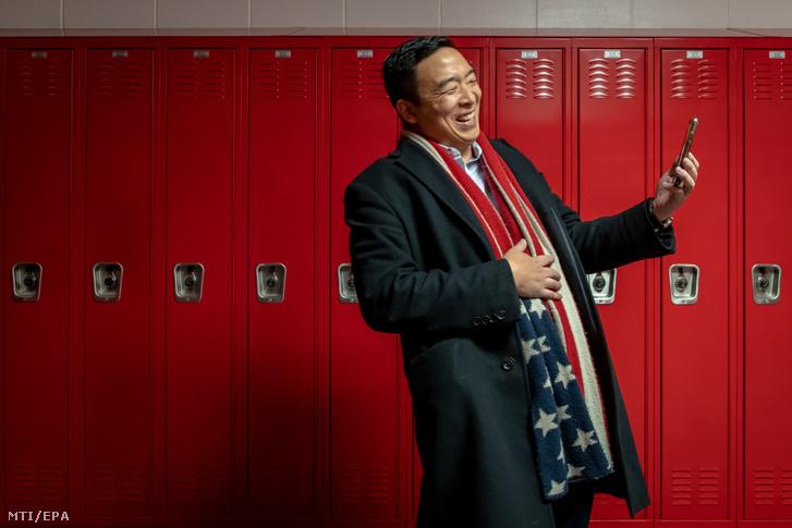 Andrew Yang amerikai üzletember egy választási nagygyûlésre érkezik Iowa Cityben 2019. december 14-én.