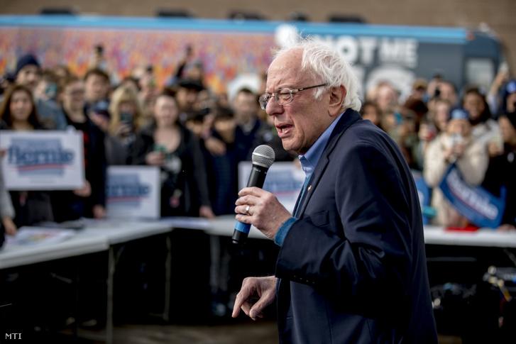 Bernie Sanders vermonti szenátor támogatóihoz beszél egy kampányrendezvényen az Iowa állambeli Cedar Rapids városban 2020. február 2-án.