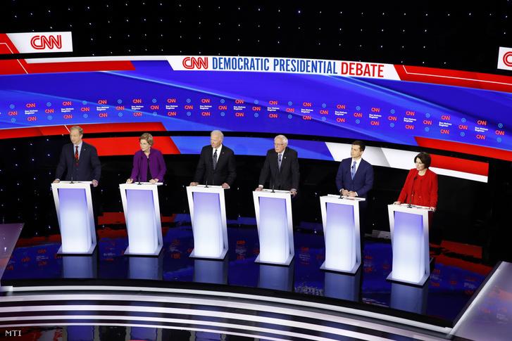 Az amerikai Demokrata Párt elnökjelöltségére pályázó Tom Steyer milliárdos üzletember, Elizabeth Warren massachusettsi szenátor, Joe Biden volt alelnök, Bernie Sanders vermonti szenátor, Pete Buttigieg, az indianai South Bend volt polgármestere és Amy Klobuchar minnesotai szenátor (b-j) az előválasztások előtti utolsó országos vitájukon az iowai Des Moines-ban 2020. január 14-én.