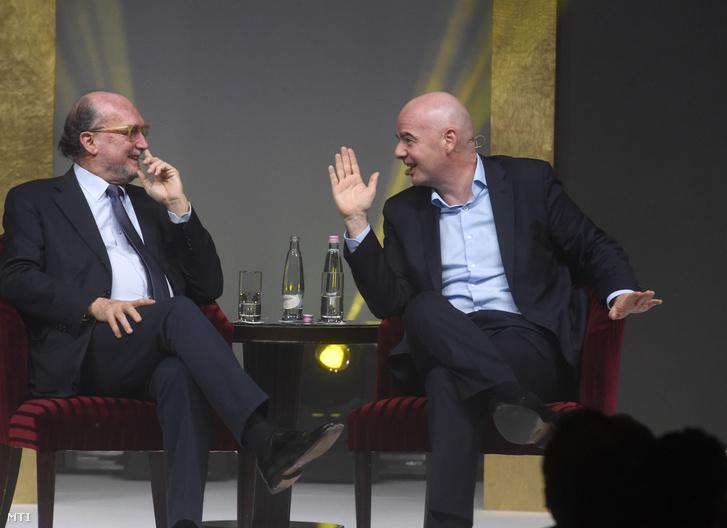 Gianni Merlo a Nemzetközi Sportújságíró Szövetség (AIPS) elnökének (b) és Gianni Infantino a Nemzetközi Labdarúgó-szövetség (FIFA) elnökének pódiumbeszélgetése az AIPS budapesti kongresszusán a Corinthia hotelben 2020. február 3-án.