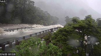 Új-Zélandon 200 turistát vágott el az özönvíz