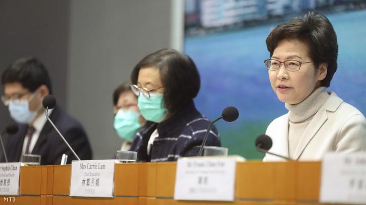 Carrie Lam hongkongi kormányzó (j) sajtóértekezletet tart az új koronavírus elleni óvintézkedésekről 2020. február 3-án. Lam bejelentette, hogy a következő naptól Hongkong tovább szigorítja az átjárást Kínából a járvány megfékezésére két határátkelőre korlátozva a közlekedést.