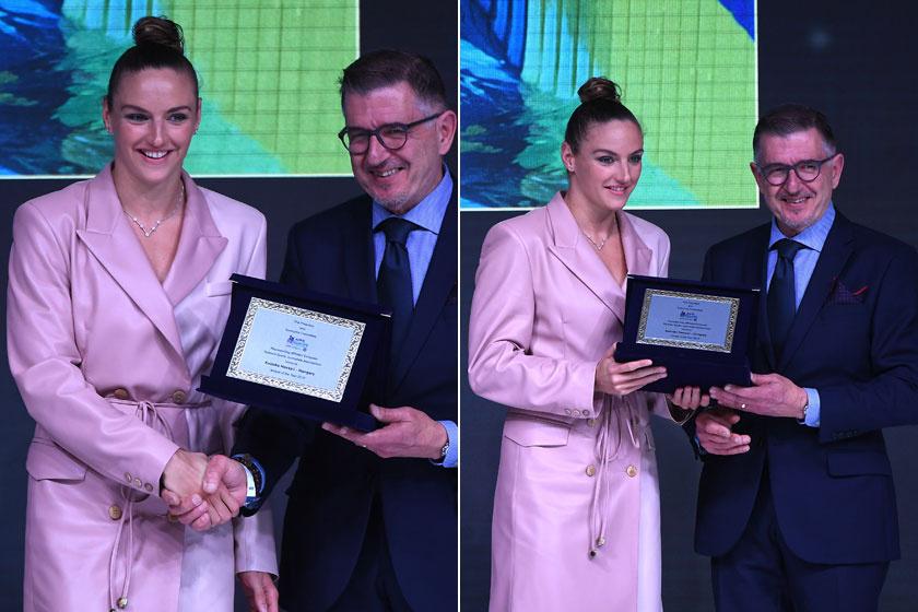 Charles Camenzuli, a Nemzetközi Sportújságíró Szövetség főtitkára átadta Az év európai női sportolója díjat a rózsaszínbe bújt Hosszú Katinkának.