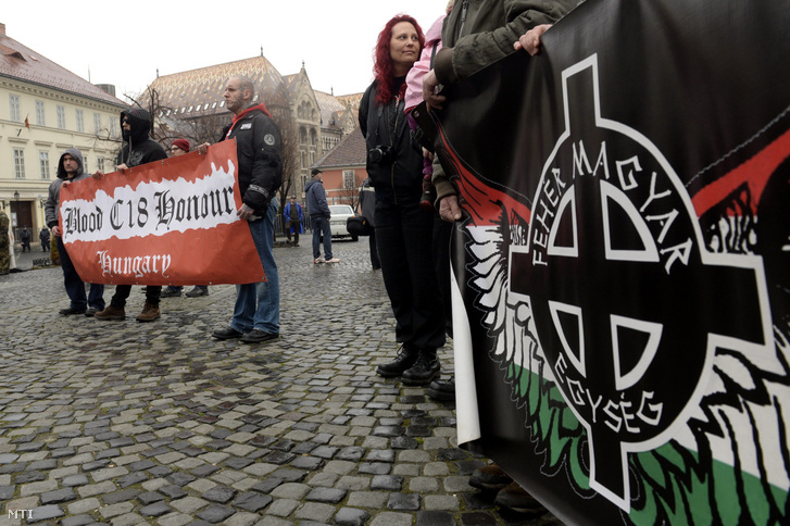 Résztvevők a Becsület napja elnevezésű rendezvényen ahol azokra a katonákra és civilekre emlékeztek szélsőjobboldali szervezetek 2016. február 13-án a Kapisztrán téren akik Budapest 1945-ös ostroma során február 11-én megkíséreltek kitörni a szovjet csapatok által körülzárt várból.