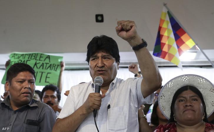 Evo Morales (középen)