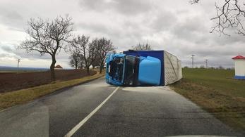 Szlovákiában kamionokat borított fel a szélvihar