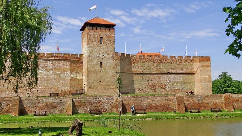 Gyula téglavára a város szimbólumaként ismert, és a vár szomszédságában található a népszerű Gyulai Várfürdő is. A településen áll emellett az ország egyik legrégebbi cukrászdája, a Százéves cukrászda, és érdemes megnézni Erkel Ferenc szülőházát is.