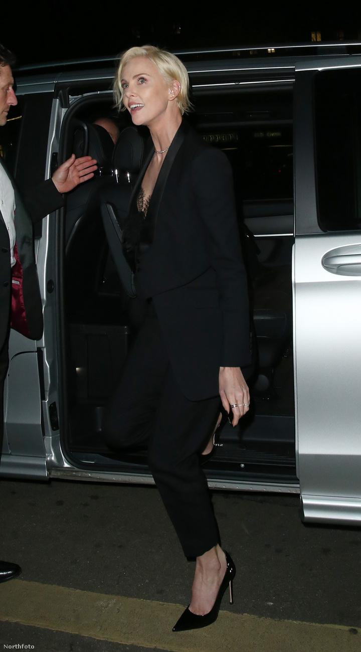 Ehhez képest visszafogottnak tűnt, amikor a Vogue partijánál szállt ki a kocsiból.De csak tűnt!