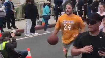 Bryant-mezben, kosárlabdát pattogtatva futotta le a félmaratont