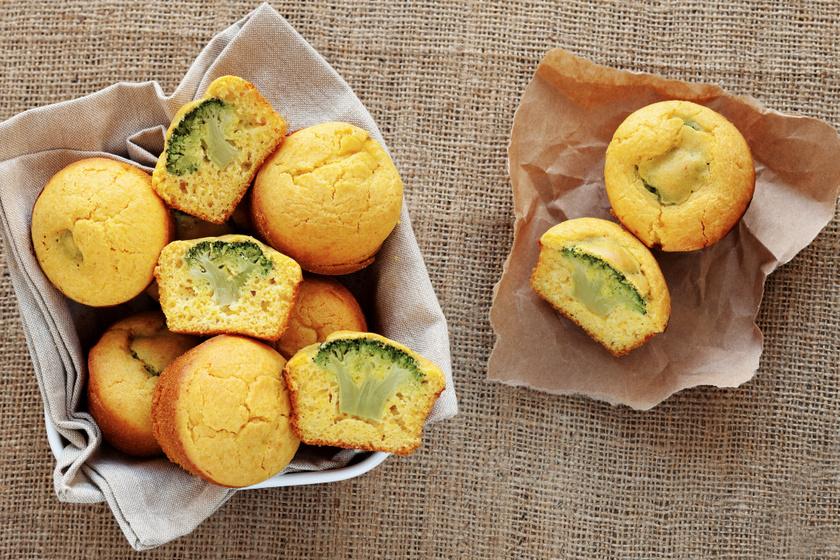 30 perces sós, sajtos muffin kukoricaliszttel, brokkolival a közepén: tízóraira is tökéletes