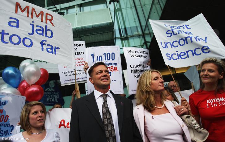 Dr. Andrew Wakefield, gasztroenterológus, Carmel feleségével és támogatóival érkezik a londoni Általános Orvosi Tanács elé (GMC) 2007. július 16-án