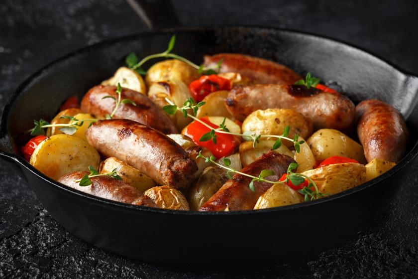 Krumplis, kolbászos egytál hagymával: ez után nem maradsz éhes