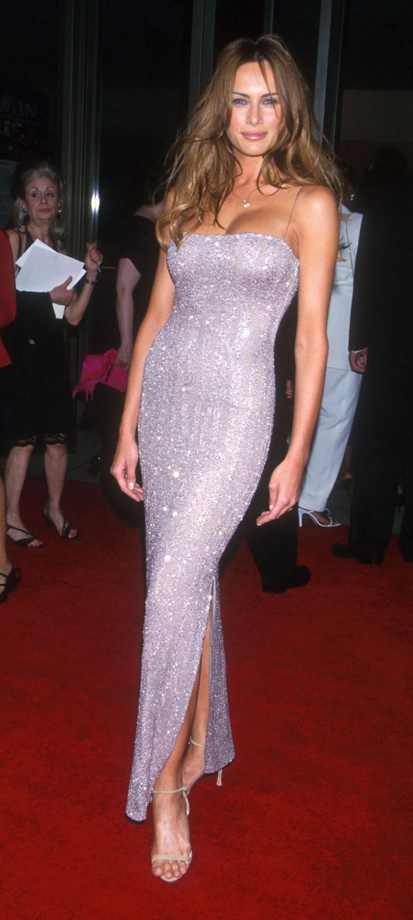 A first lady 1999-ben a vörös szőnyegen ebben a testhez simuló, dekoltázst villantó, ezüstflitteres, spagettipántos koktélruhában kápráztatta el rajongóit.