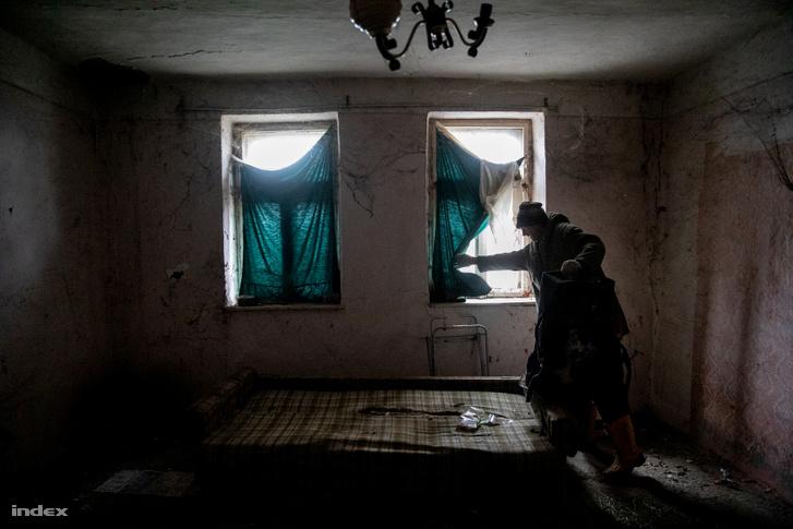Válint György oroszlámosi házában, ahol pár nappal korábban illegális bevándorlók éjszakáztak
