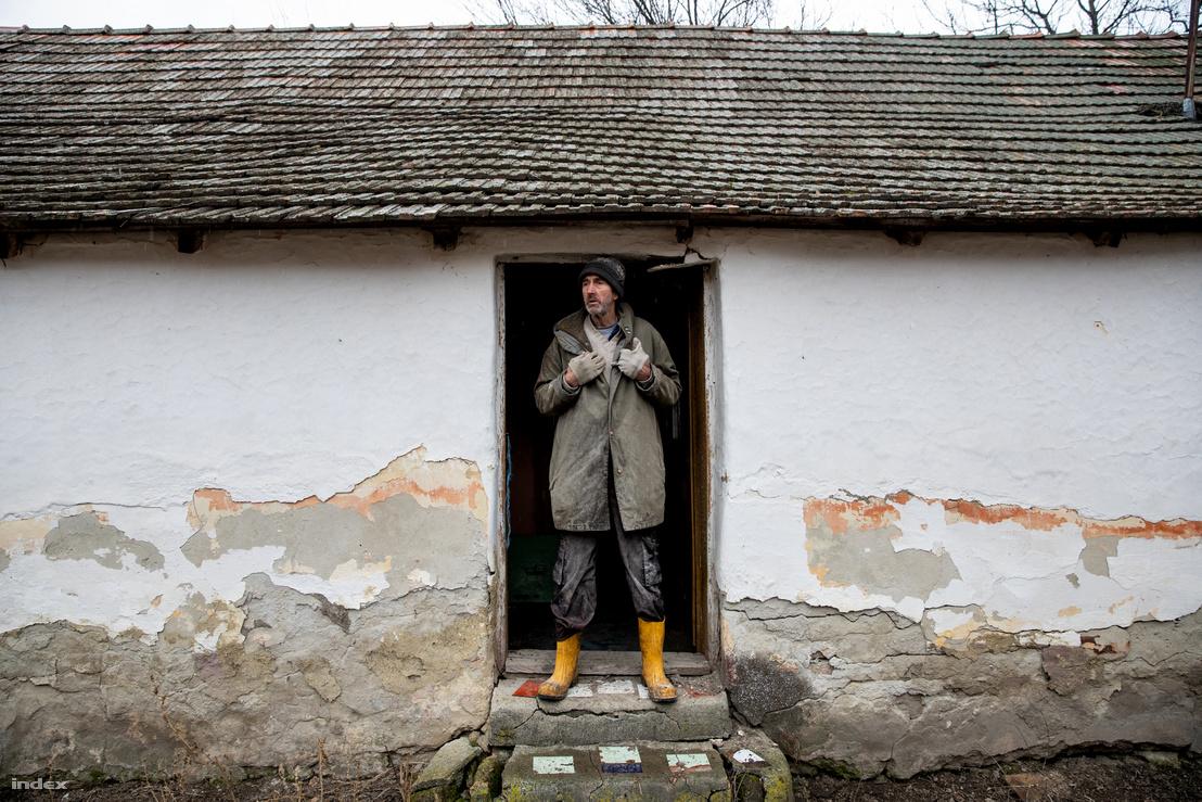 Oroszlámos üresen álló házaiban húzzák meg magukat az illegális bevándorlók, a helyiek aggódnak