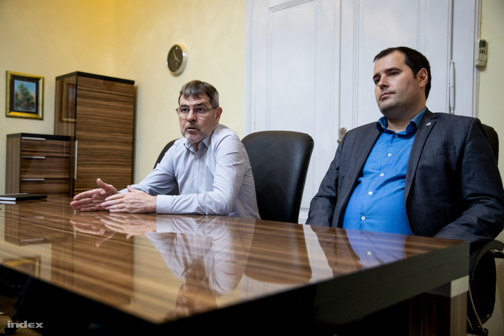 Lackó Róbert, a magyarkanizsai önkormányzat menekültügyi megbízottja és Fejsztámer Róbert polgármester