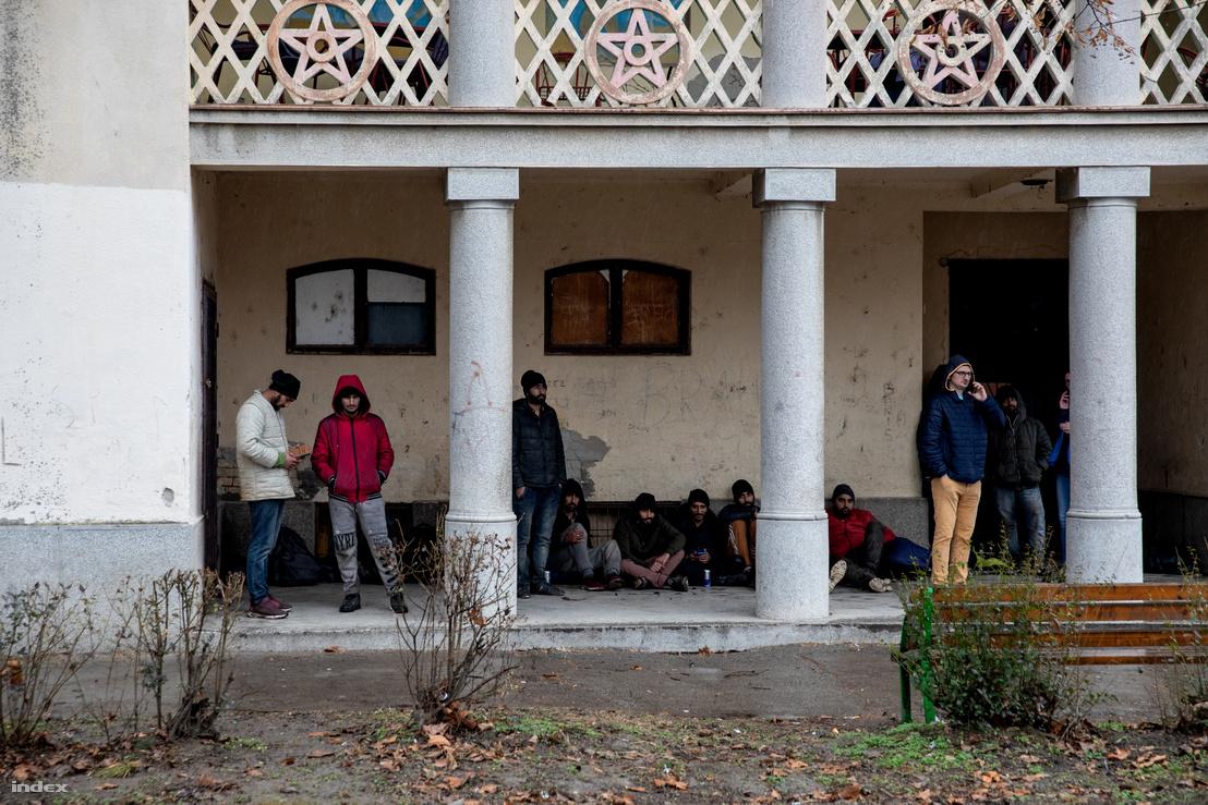Pihenőt tartanak a bevándorlók Oroszlámoson, mellettük az ENSZ Menekültügyi Főbiztosságának (UNHCR) munkatársai