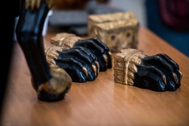 Fából faragott, aranyozott bútorlábak az IMM egyik új bútorrestaurátor-műhelyében