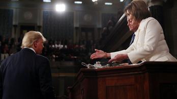 Trump nem fogott kezet Pelosival, aki válaszul széttépte az elnök beszédét