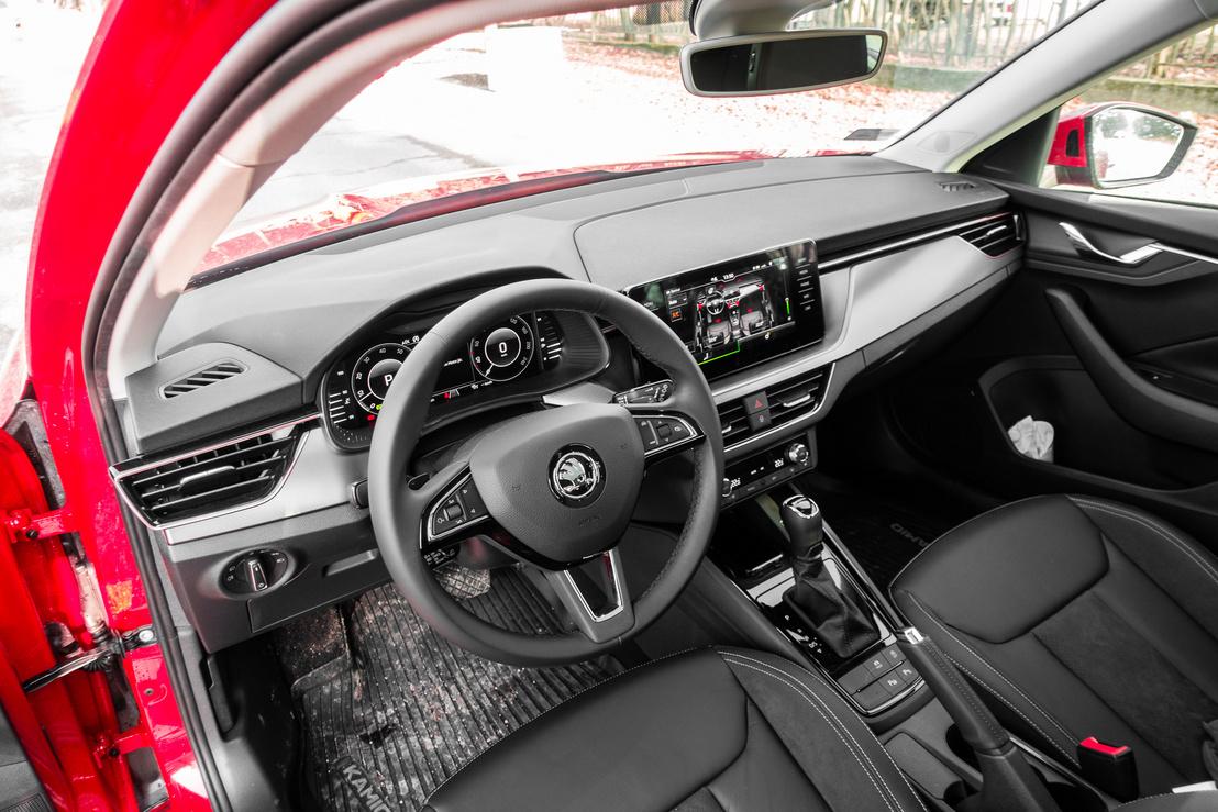 Innen kevés a különbség a Seat és a VW belteréhez képest. A műanyagok a legtöbb helyen Skodában is puhák, nem olcsó hatásúak