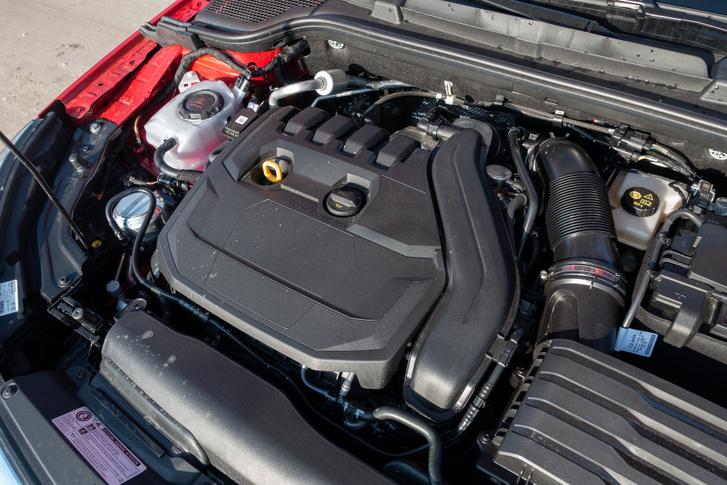 Az 1,5 literes TSI, vagyis turbóbenzines motor szinte túl sok ebbe az autóba. Nem is fogyaszt igazán keveset