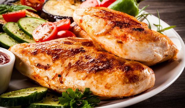 Mézes-joghurtos csirke fahéjjal grillezett paradicsommal – közönségkedvenc izgalmas változatban