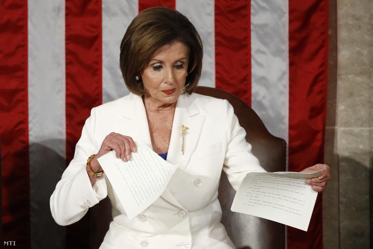 Nancy Pelosi az amerikai képviselőház demokrata párti elnöke széttépi Donald Trump amerikai elnök beszédének szövegét
