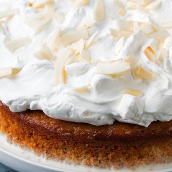 Puha piskóta szívja be az édes tejes krémet – A tres leches sütemény igazán elkényeztet