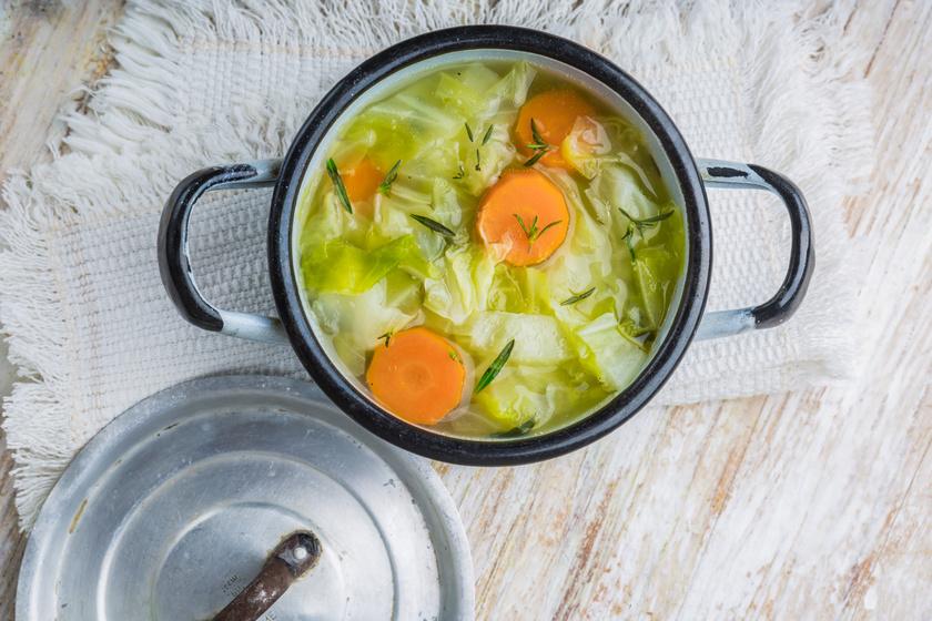 Nem véletlenül a káposztaleves a diétázók egyik nagy kedvence: remek vitaminforrás, és felgyorsítja az emésztést is.