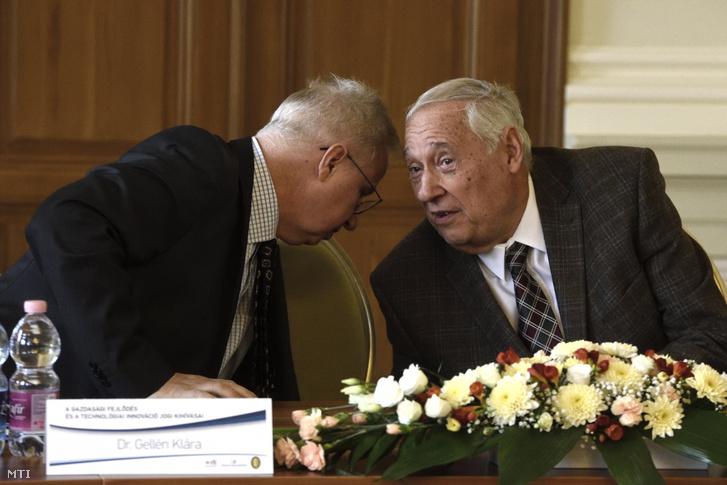 Trócsányi László igazságügyi miniszter (b) és Sárközy Tamás jogászprofesszor