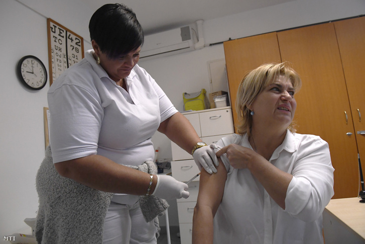 Influenza elleni védőoltást ad be egy egészségügyi dolgozó egy XV. kerületi orvosi rendelőben 2020. január 9-én