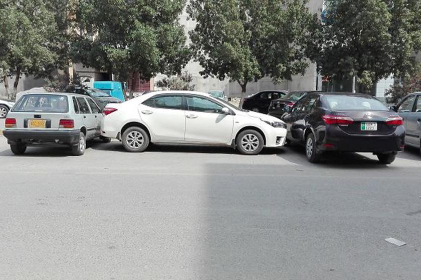 Az autós keresztben állt be a parkolóba, ezért a később érkező, szabályosan parkoló sofőrök teljesen elállták az útját.