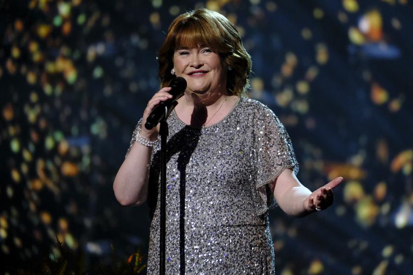 Susan Boyle napjainkban szereti a csillogó, színpadi ruhákat. A haja is sokkal modernebb lett.