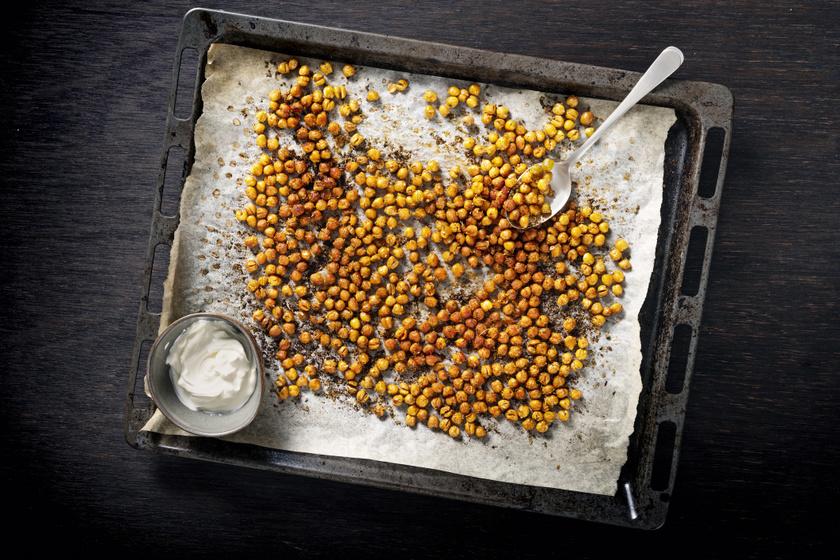 Tepsiben sült, fűszeres csicseriborsó: egészséges nassolnivaló egyszerűen