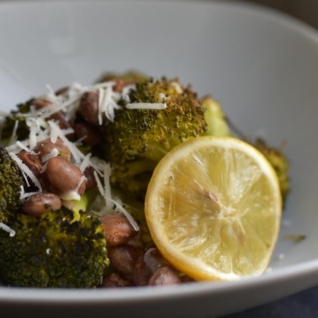 Gyors, egyszerű, egészséges: tepsiben sült brokkoli fehérbabbal és parmezánnal