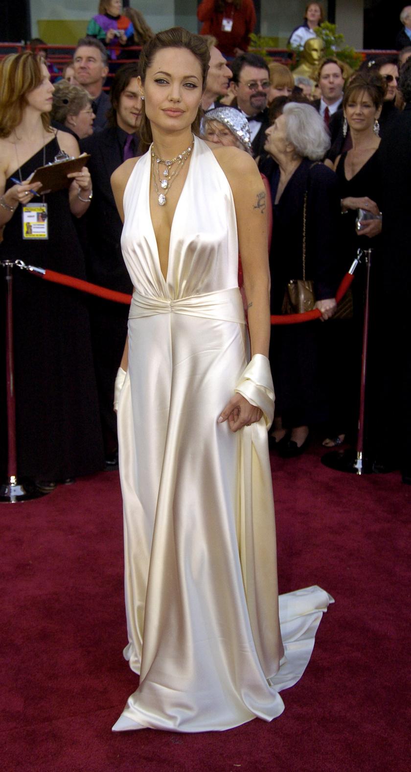 Az első helyezett: Angelina Jolie a 2004-es Oscar vörös szőnyegén, Marc Bouwer selyemcsodájában.