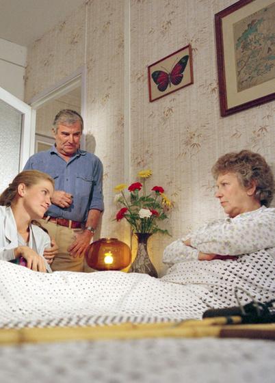 Ki játszotta a Szomszédok című sorozatban Lenke néni unokáját, Almát?