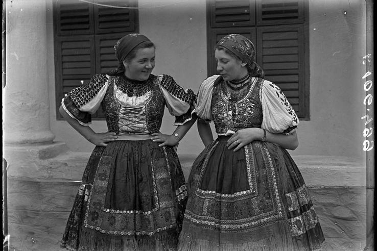 Lányok ünneplőben, Váralja, az 1930-as évek második fele