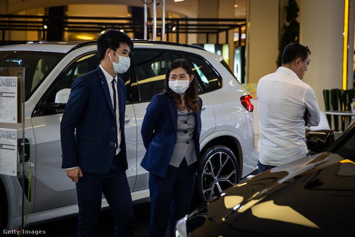 Maszkot viselnek egy Thai autókereskedésben a koronavírus miatt