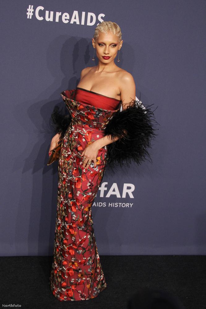 Jazzelle Zanaughtti egy dögös, kissé japán stílusú ruhában jelent meg, amit némi szőrmével is feldobott.